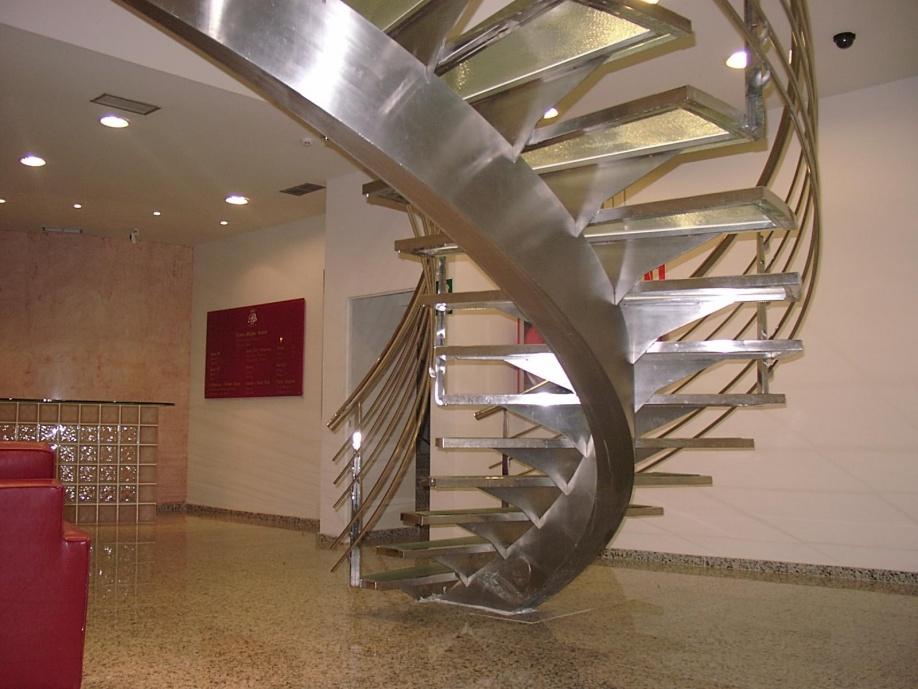Escadas helicoidais roig curvados for Tipos de gradas